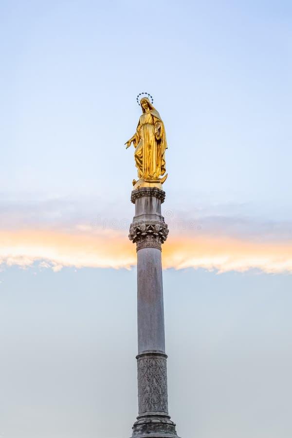 Jungfruliga Mary staty i Zagreb arkivfoto