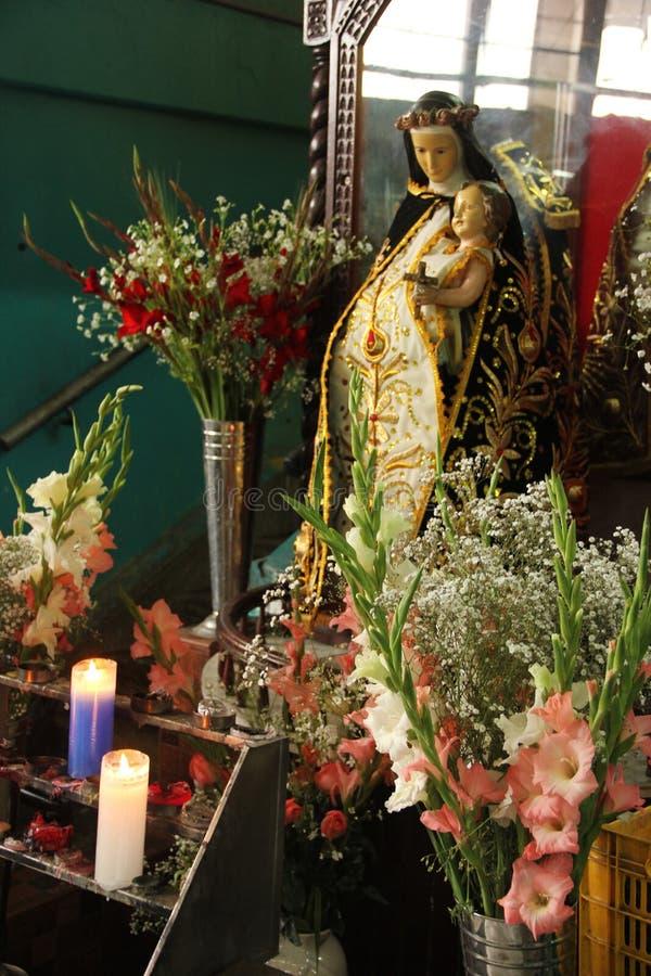 Jungfruliga Mary staty på marknaden royaltyfria bilder