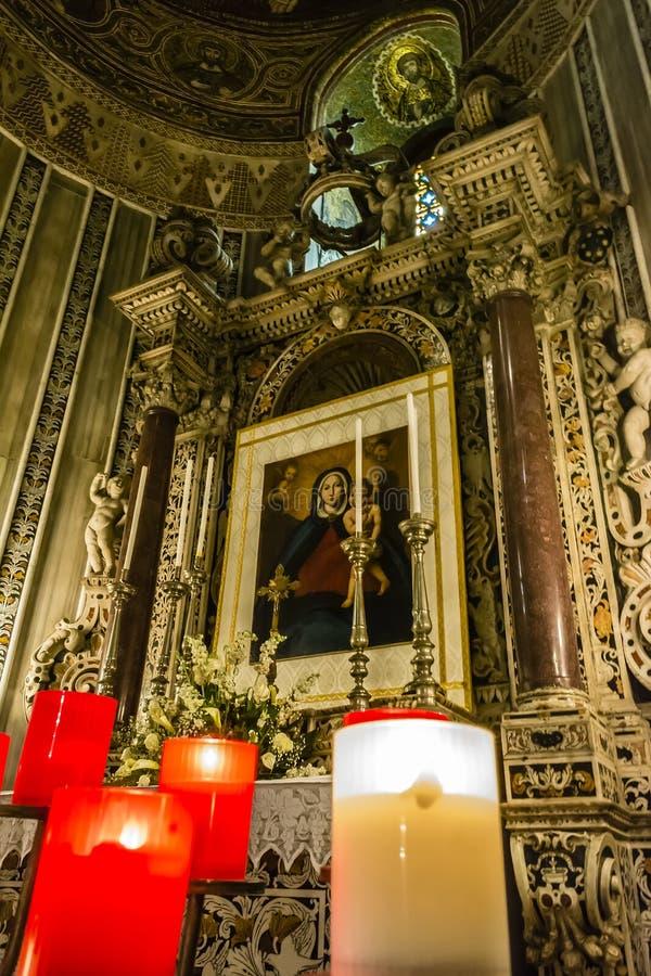 Jungfruliga Mary symbol inom den Monreale domkyrkan på Sicilien royaltyfri foto