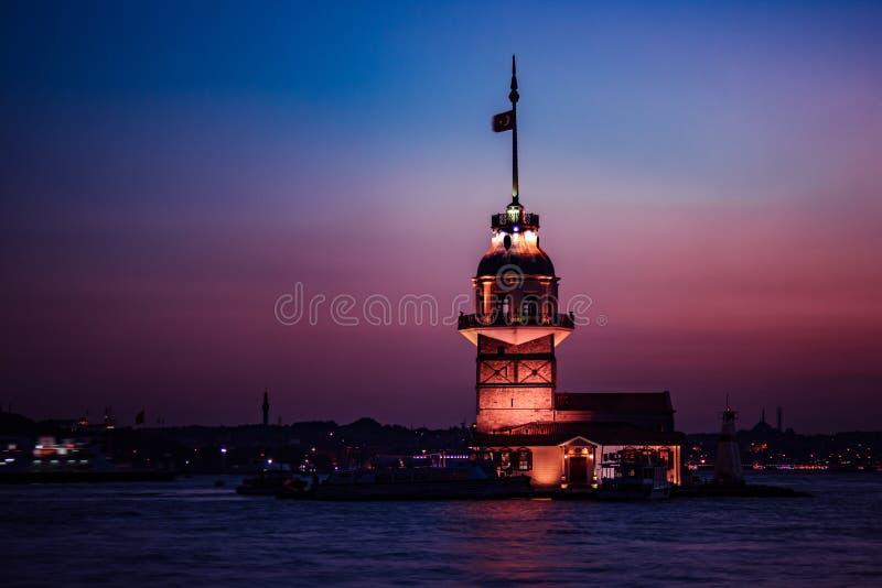 Jungfrus torn av Istanbul snart efter solnedgång arkivfoto