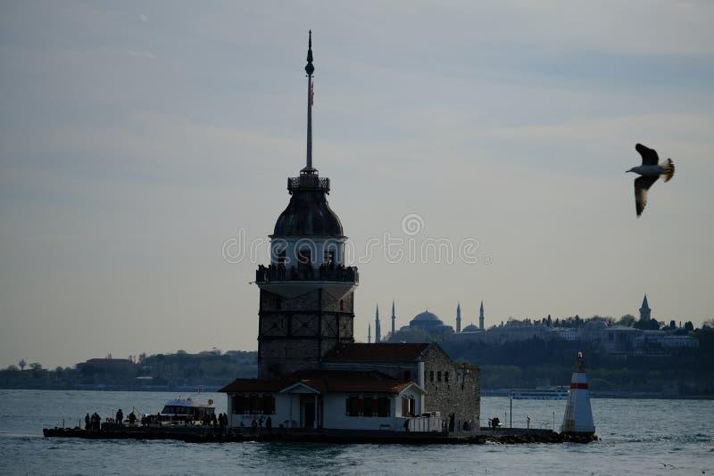 Jungfrus torn i solnedgång Bosphorus kors Istanbul, Turkiet royaltyfri foto