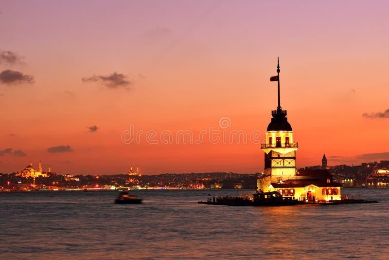 Jungfrus tornsikt på natten. Istanbul Turkiet royaltyfria bilder