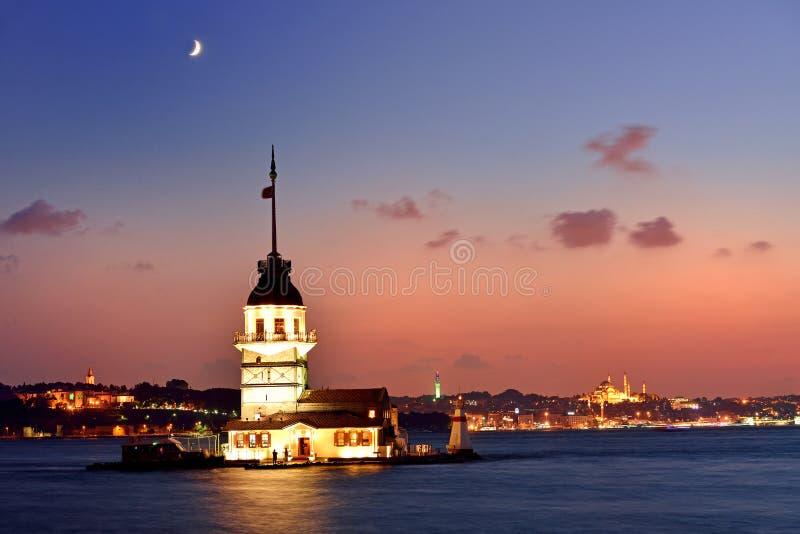 Jungfrus tornsikt på natten med halvmånformigt. Istanbul Turkiet royaltyfri foto