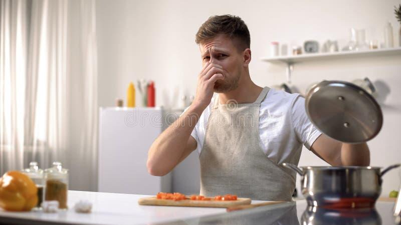 Junggeselle bereitete die untasty Suppe zu, geekelt mit Geruch der Mahlzeit, Anfängerchef lizenzfreies stockbild
