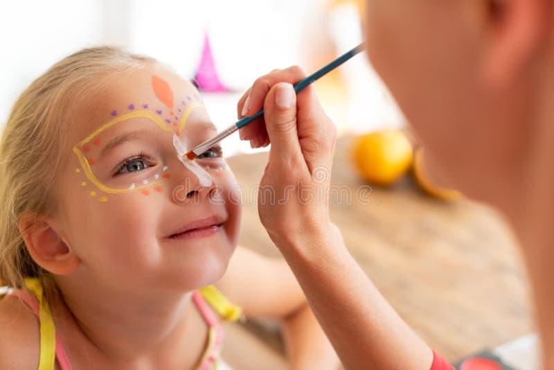 Jungmüttertöchter auf Halloween-Party Lebensstil der Familie zu Halloween oder Karneval Gesichtsmalerei stockbild