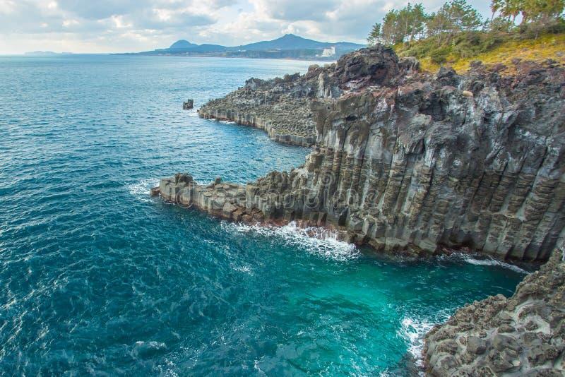 Jungmun Daepo kust med columnar skarvar på Jeju ö, södra K royaltyfria foton