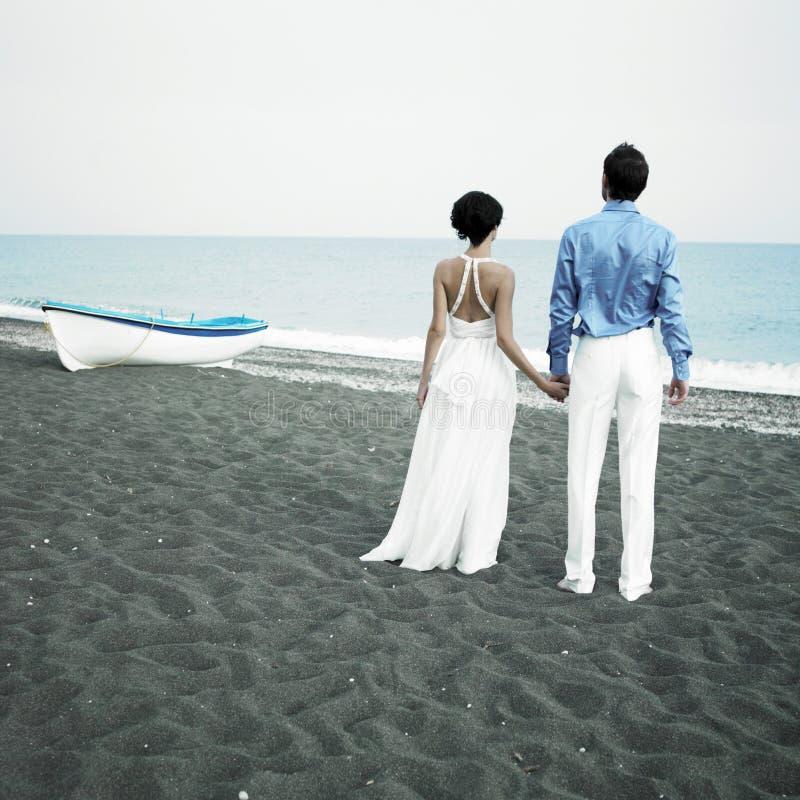 Jungvermählten in dem Meer stockfotos