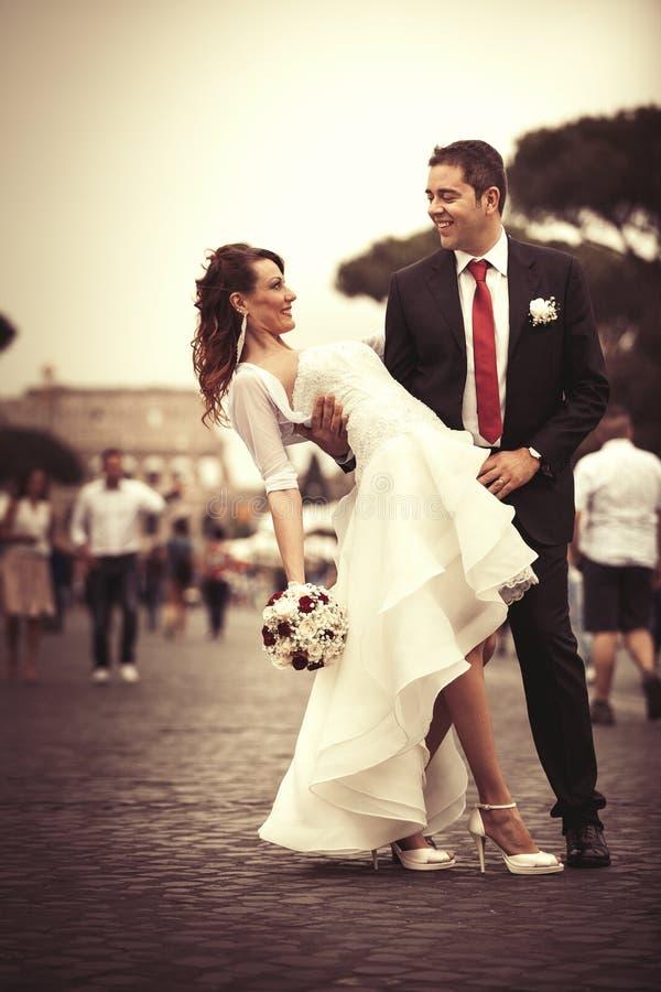 Jungvermählten in der Stadt Glückliches verheiratetes Paar lizenzfreie stockfotos