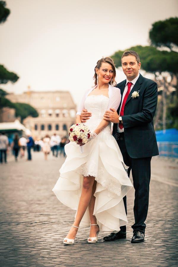 Jungvermählten in der Stadt Glückliches verheiratetes Paar lizenzfreie stockfotografie