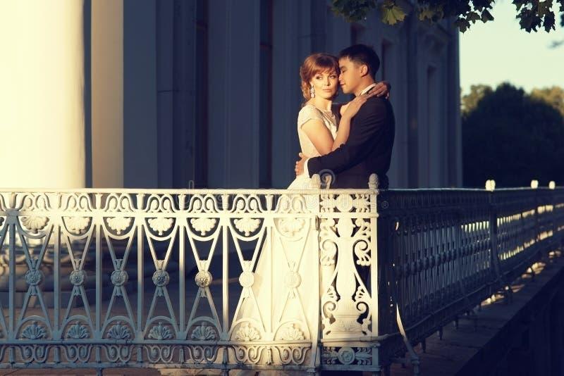 Jungvermählten an der Terrasse stockbild