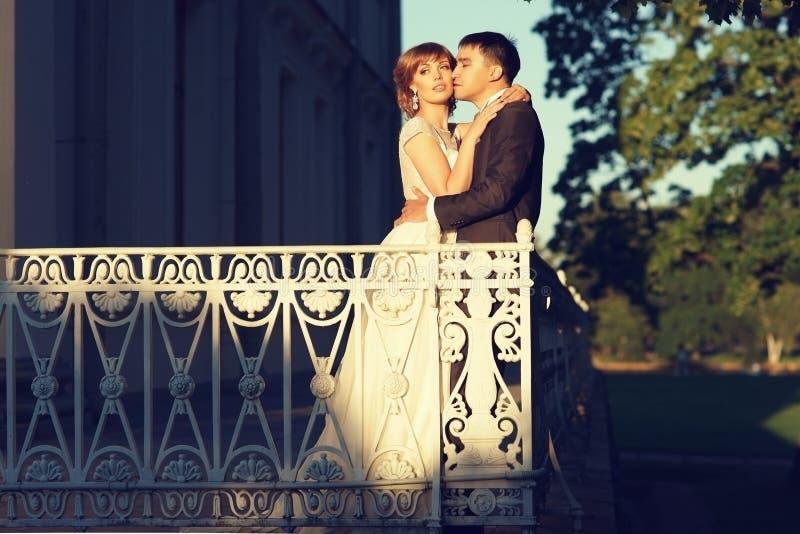 Jungvermählten an der Terrasse lizenzfreies stockbild