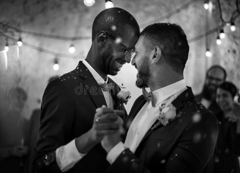 Jungvermählten-homosexuelles Paar-Tanzen auf Hochzeits-Feier lizenzfreie stockbilder