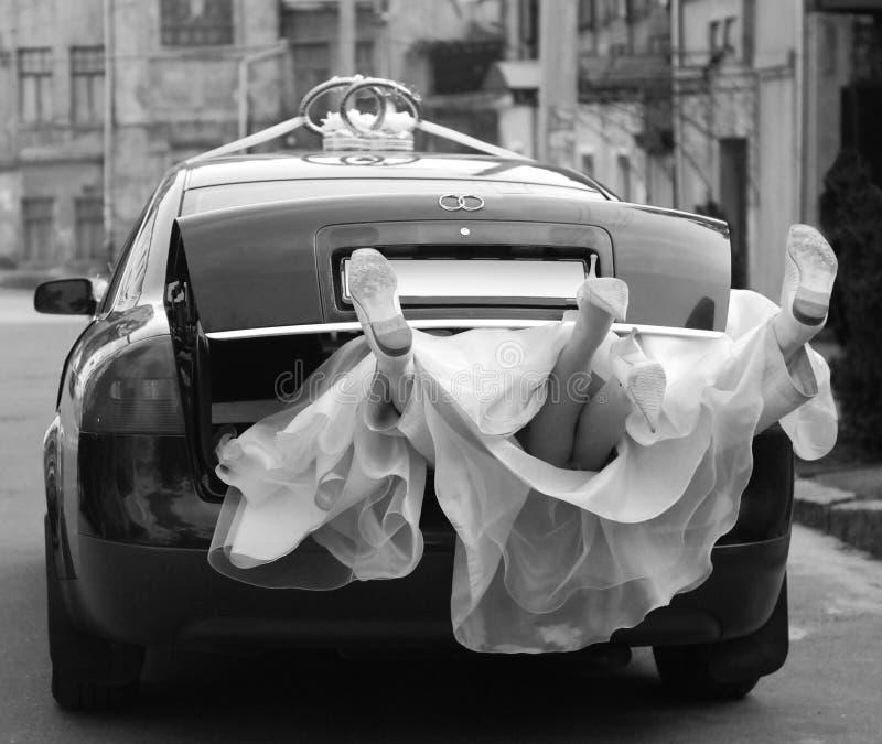 Jungvermählten im Hochzeitsauto stockfoto