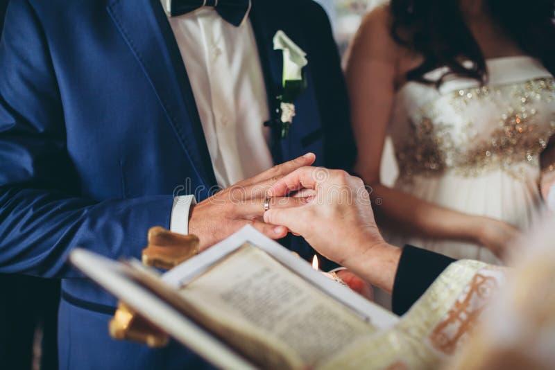 Jungvermähltenkleiderehering in der Kirche lizenzfreie stockfotografie