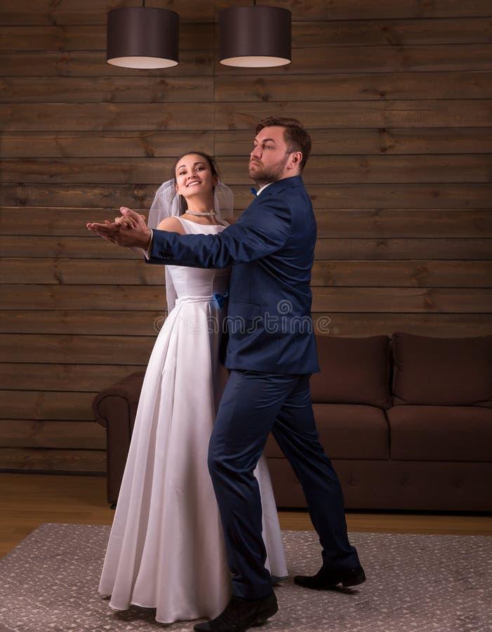 Jungvermähltenpaar-Tanzenhochzeitstanz lizenzfreie stockfotos
