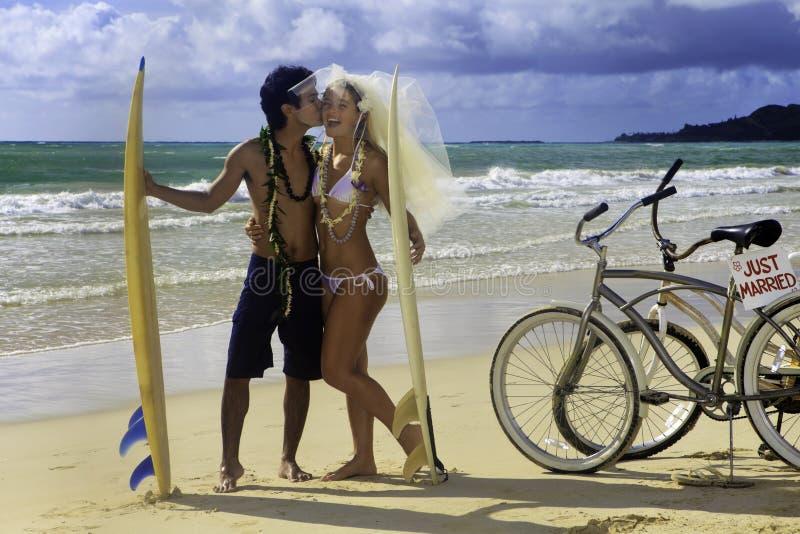 Jungvermähltenpaare auf dem Strand stockbilder