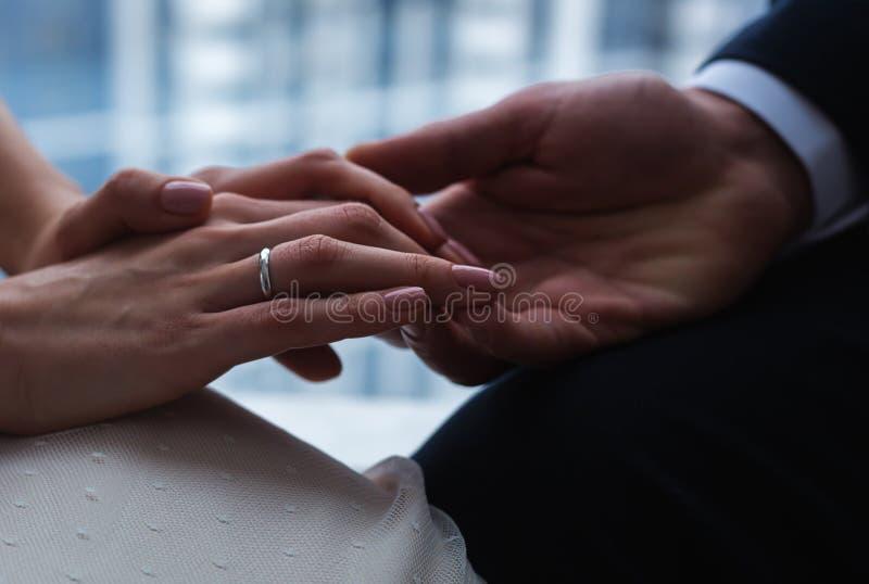 Jungvermähltenpaare ` s Hände stockfotografie