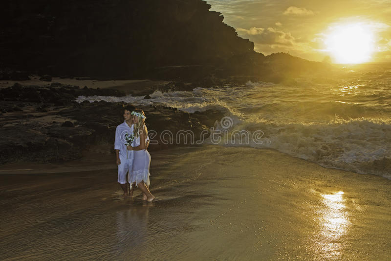 Jungvermähltenpaare am Sonnenaufgang lizenzfreies stockfoto