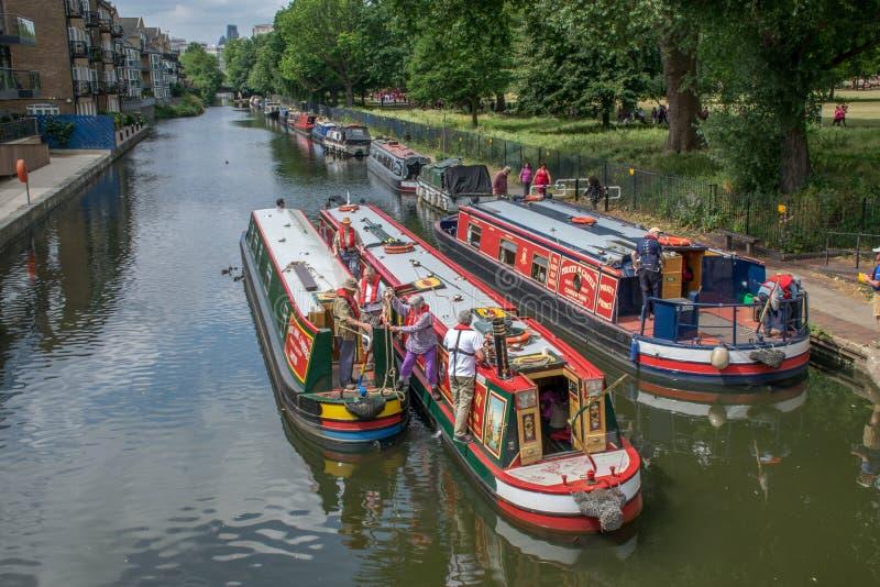 27. Juni 2015 barges London, Großbritannien, bunter Fluss auf einem London-Kanal stockbilder