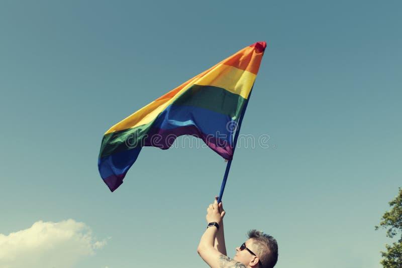 08 Juni 2019 Bulgarije Één de regenboogvlag van de persoonsholding van Trots in tijdens de Sofia Pride-parade stock foto