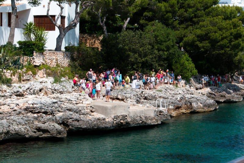Juni 16, 2017, Cala D ` of, Mallorca, Spanje - Zeester van de overzeese de rit die avonturenboot passagiers aankomen op te nemen royalty-vrije stock afbeeldingen