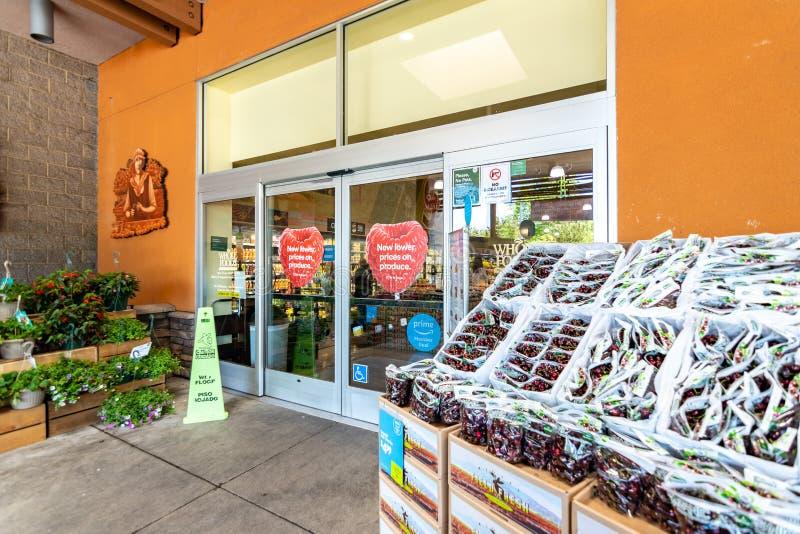 Juni 20, 2019 Cupertino/CA/USA - avsnitt för ny jordbruksprodukter på ingången av ett Whole Foods lager i södra San Francisco Bay arkivbilder