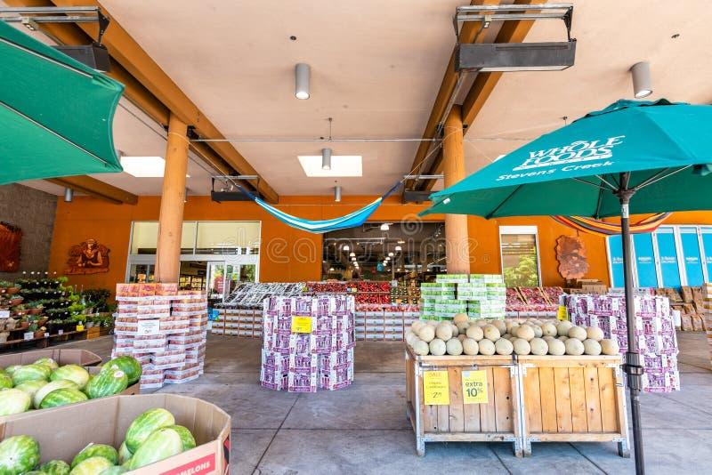 Juni 20, 2019 Cupertino/CA/USA - avsnitt för ny jordbruksprodukter på ingången av ett Whole Foods lager i södra San Francisco Bay royaltyfria bilder
