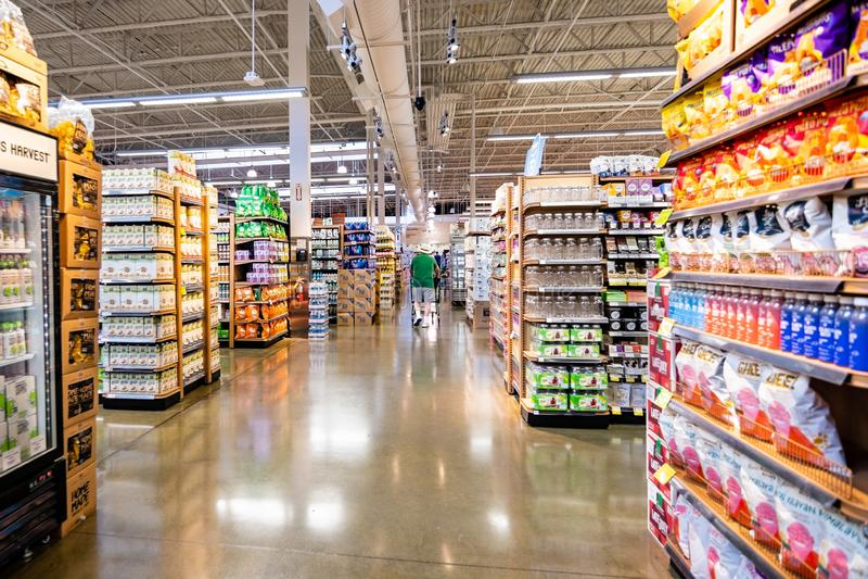 Juni 20, 2019 Cupertino/CA/USA - inre sikt av ett stort Whole Foods lager; södra San Francisco Bay område arkivbild