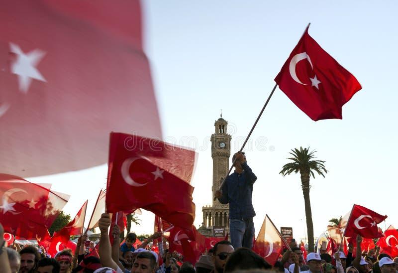 Juni 15 dag av demokrati i Turkiet Izmir Hållande turk för folk arkivfoto