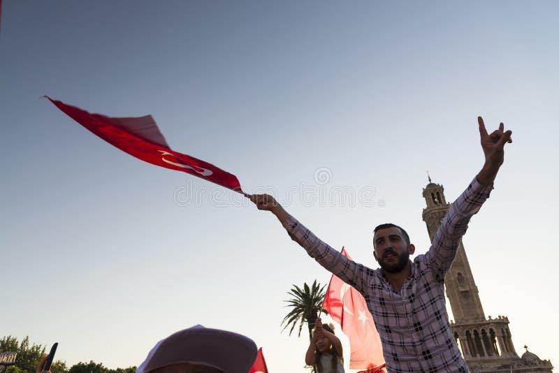Juni 15 dag av demokrati i Turkiet Izmir Hållande turk för folk royaltyfri fotografi