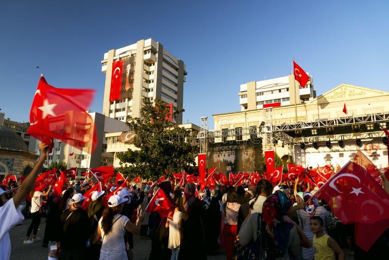 Juni 15 dag av demokrati i Turkiet Izmir Hållande turk för folk royaltyfri foto