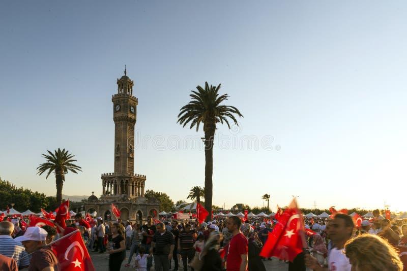 Juni 15 dag av demokrati i Turkiet Izmir Hållande turk för folk royaltyfria bilder