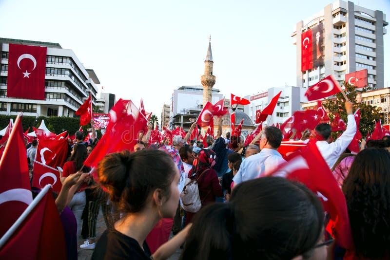 Juni 15 dag av demokrati i Turkiet Izmir Hållande turk för folk arkivfoton