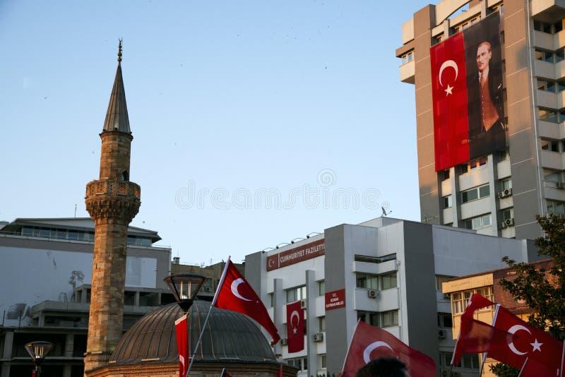 Juni 15 dag av demokrati i Turkiet Izmir Hållande turk för folk arkivbilder