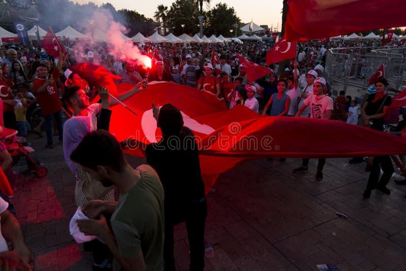 Juni 15 dag av demokrati i Turkiet Izmir Hållande turk för folk arkivbild