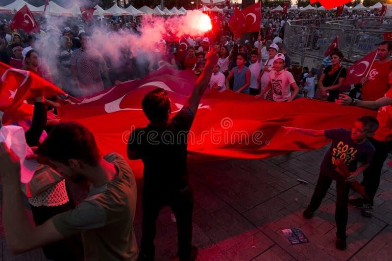 Juni 15 dag av demokrati i Turkiet Izmir Hållande turk för folk royaltyfri bild