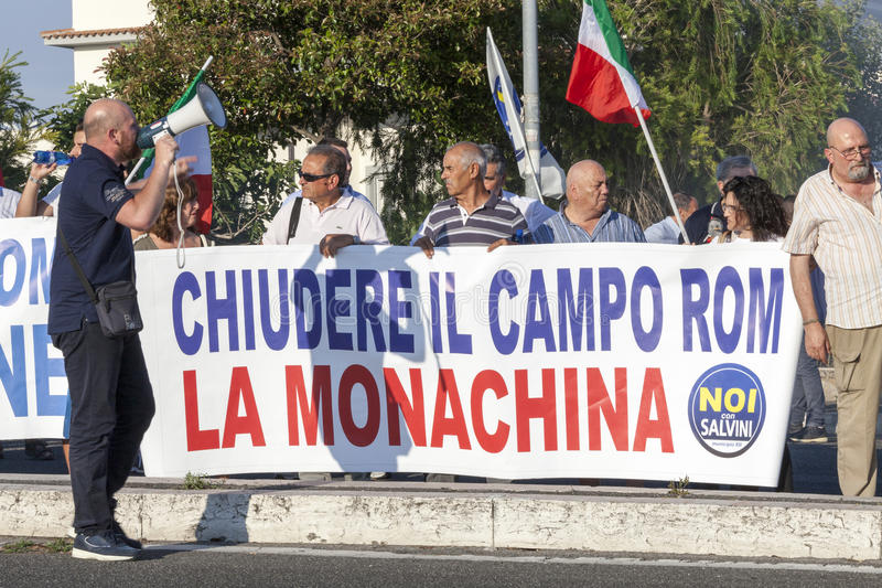 11 Juni 2015 De burgers protesteren tegen de zigeuners in Rome, Italië royalty-vrije stock foto
