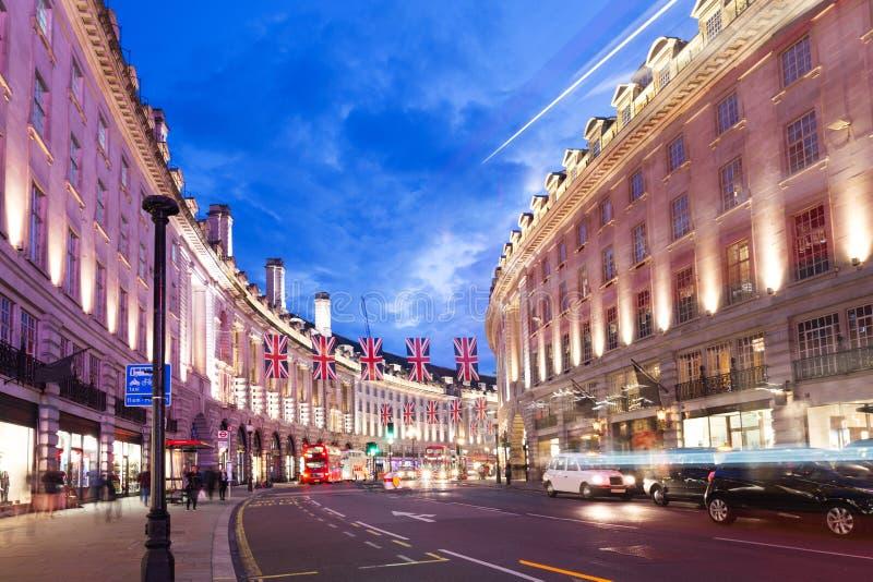 2016 16 Juni de Populaire straat van de toeristenregent met vlaggen Union Jack in nachtlichten royalty-vrije stock afbeelding