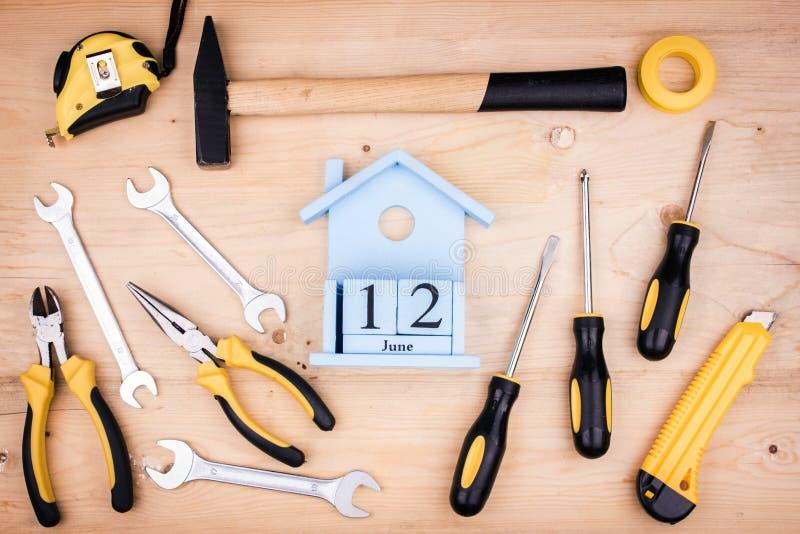 Juni 12 - faders dag Manligt begrepp Reparationshjälpmedel - hammare, skruvmejslar, justerbara skiftnycklar, plattång paper arkwh arkivbild