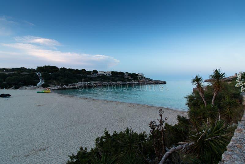 16 juni, 2017, Felanitx, Spanje - mening van Cala Marcal strand bij zonsondergang zonder enige mensen stock afbeelding