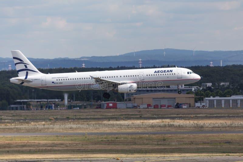 25 Juni 2018 - grekiska aegean flygbolag hyvlar landning på frankfurterkorvflygplatsen Tyskland royaltyfri foto