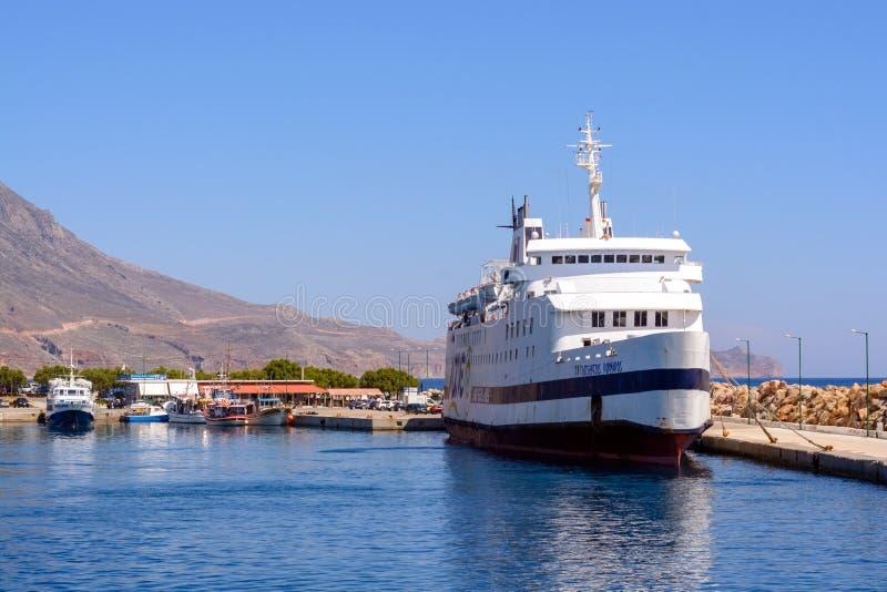 13 Juni, 2017, Griekenland Het cruiseschip bevindt zich op het dok alvorens het naar de Baai van Balos, Griekenland te verzenden royalty-vrije stock foto's