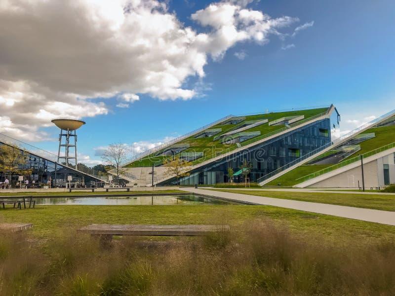Juni 2019 - Hasselt, België: De ingang van de technologie- en onderzoeksinstituut Corda Campus, een geherconverteerde Philips-sit stock foto