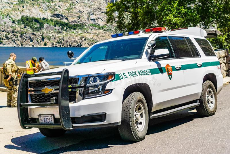 26 juni, het Nationale Park van Yosemite van 2019/CA/de V.S. - het voertuig van de het Parkboswachter van de V.S. dat bij het res royalty-vrije stock foto's