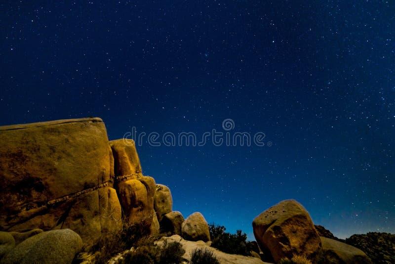 JUNI 16, 2019 JOSHUA TRÄD KALIFORNIEN USA - Vintergatan över vaggar i Joshua Tree National Park, Kalifornien USA fotografering för bildbyråer