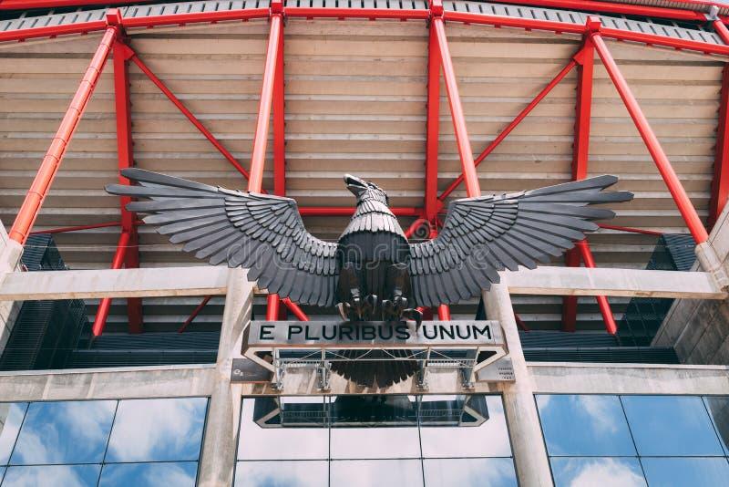 Juni 25, 2018, Lissabon, Portugal - Eagle en e pluribus unum mottostandbeeld in Estadio DA Luz, het stadion voor Sport Lissabon e royalty-vrije stock foto's