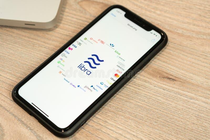 18 Juni 2019, Ljubljana Slovenien - smartphone med Våglogo och dess partners på den Facebook nya globalt arkivbild