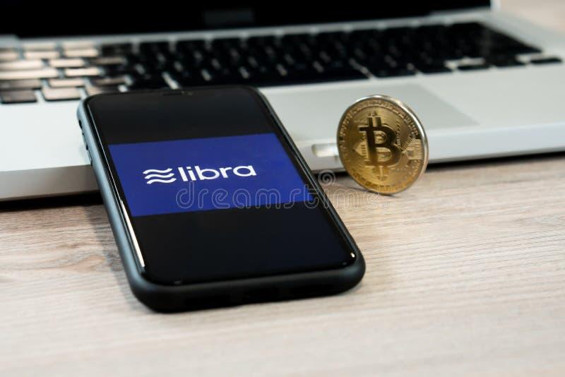 18 Juni 2019, Ljubljana Slovenien - smartphone med Våglogo på den, bredvid det Bitcoin myntet Facebook nya globalt arkivbilder