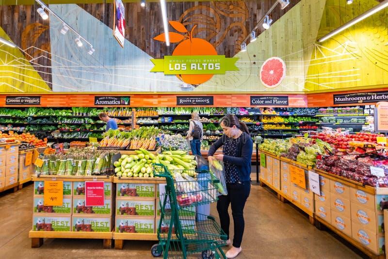 21 juni, 2019 Los Alten/CA/de V.S. - Mensen die bij de vruchten en groentensectie in Whole Foods winkelen, die organisch aanbiedt royalty-vrije stock afbeeldingen