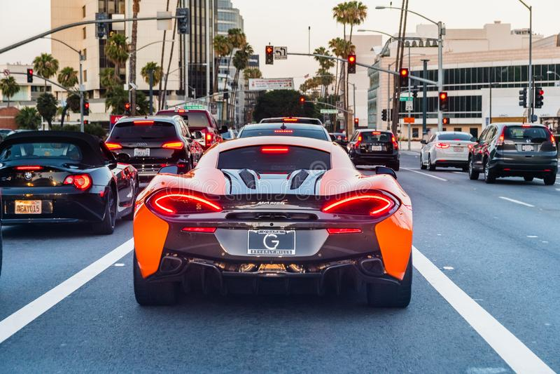 Juni 8, 2018 Los Angeles/CA/USA - bakre sikt av körning för McLaren 570S sportbil på gatan av Los Angeles arkivfoto